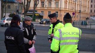 Policisté se zaměřili na chodce. Některým dali reflexní pásky, jiným rovnou pokutu