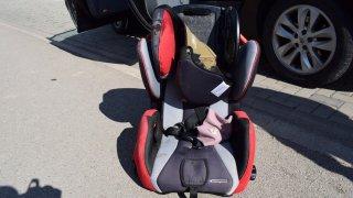 Dvouleté dítě vypadlo i s autosedačkou z jedoucího auta. Má poraněnou hlavu