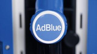 Nahradit AdBlue čůráním do nádrže není podle experta úplně mimo. Chtělo by to ale mocný proud
