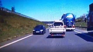 Po dálnici D8 jel řidič v protisměru. Kolony aut mu musely uhýbat
