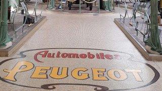 Peugeot slaví na Rétromobile troje narozeniny