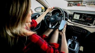 Auta a jejich výbava jsou pro mladé stále důležitější. Senioři naopak nemají skoro žádné požadavky