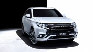 Mitsubishi Outlander PHEV představil na e-Salonu cenově dostupnější provedení. Stojí pod milión