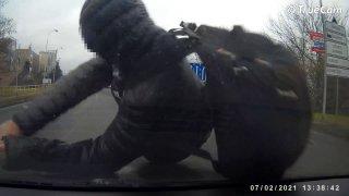 Video: řidič se sám natočil, jak srazil na přechodu v České Lípě dítě. Udělal typickou chybu