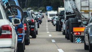 Za zácpou bez zjevné příčiny není jen provoz. Mohou za ni řidiči, co se jiným lepí na zadek