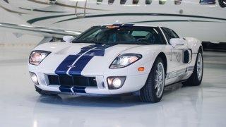 Krásný Ford GT ujel 17 kilometrů za 11 let. Nyní jde do dražby