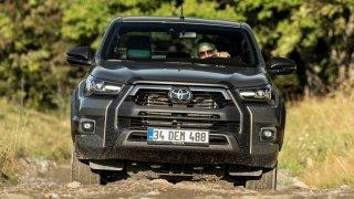 Inovovaná Toyota Hilux už zná české ceny. Takhle vyfešákovaná přijde až na jeden a půl miliónu