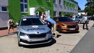 Policisté převzali nové Škody Scala. Jedna vyšla na skoro 700 tisíc korun