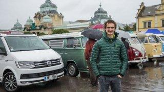 Oslava sedmdesátin jak se patří! 120 VW Transporterů projelo Prahou. Byl u toho i Adam Ondra
