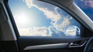 Za otevřené okno u auta hrozí pokuta. Víte, proč to tak je?