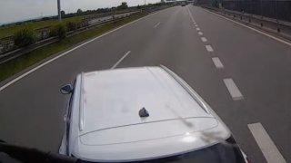 Řidička si myslela, že má na dálnici v připojovacím pruhu přednost. Najela přímo před náklaďák