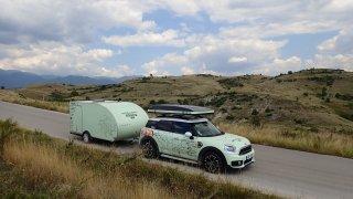 Countryman a minikaravan se pohybují pohořím Pirin