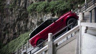 Range Rover Sport PHEV vyšplhal až k Nebeské bráně