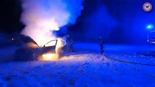 Driftování s BMW může být i na sněhu hodně žhavou záležitostí. Řidiči v Pardubicích auto shořelo