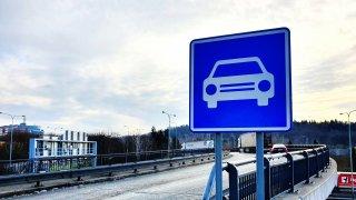 Někteří řidiči se zbytečně plouží tam, kde mohou svištět. Nevědí, co znamená tato značka