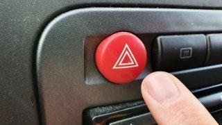 Blikající auto, žádný přestupek. Řidiči používají výstražné znamení jako odpustek. Zbytečně