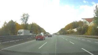 Jedni zbytečně okupují levý pruh, druzí je podjíždí. Čeští řidiči mají problém se správnou jízdou