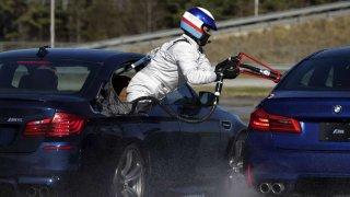 BMW si za driftování s BMW M5 připsalo dva rekordy v Guinnessově knize rekordů. Palivo se doplňovalo jako u stíhaček za letu.