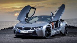 Auta do zásuvky už začínají dobývat i kategorii ryzích sporťáků. Průkopníky byly BMW i8 a Tesla S