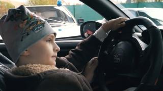 Chlapec v Nissanu GT-R