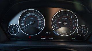 Tradiční interiér BMW 330i 3