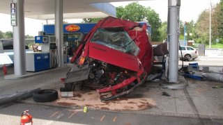 Řidič dodávky se u Hlavence zabil o benzinovou pumpu. Dostal a nezvládl smyk, zjistili vyšetřovatelé