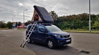 Už jste spali na svém autě? Testovali jsme střešní stan na rodinném MPV Peugeot Rifter