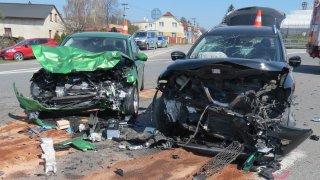 Tohle není crash test! Takhle v reálném světě vypadá čelní střet dvou aut