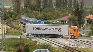 Nezodpovědný řidič kamiónu vjel na přejezd těsně před vlak. Ohrozil desítky lidí, a pak ujel