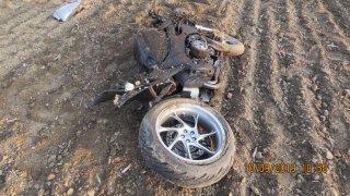 Video: Motorkář při předjíždění trefil auto v protisměru. Jeho i spolujezdkyni zachraňoval vrtulník