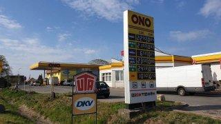 Cena ropy se dostala i do mínusu, benzinu zadarmo se ale nedočkáme. Bude stát minimálně 15 Kč