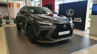 Lexus NX se představil v nové generaci. Našel cestu k EL značkám, přitom na objemu vůbec nešetřil