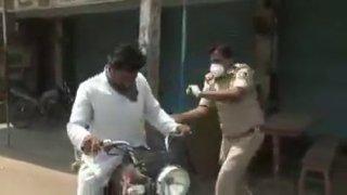 Někteří motoristé v Indii nerespektují zákaz vycházení kvůli koronaviru. Policie to řeší brutálně