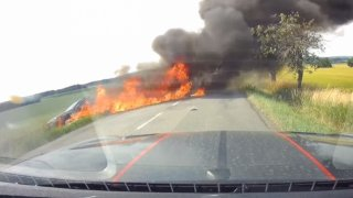 Motorkář svojí chybou způsobil požár auta s maminkou a kojencem. Nová kampaň Besipu je drsná