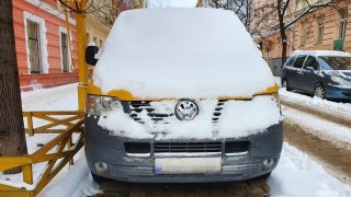Na modré zóně lze beztrestně parkovat zadarmo. Stačí, když auto zapadá sněhem