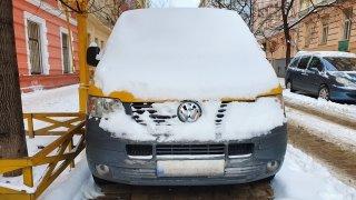 Auto zapadané sněhem