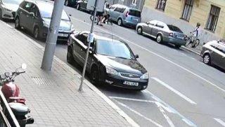 Řidič octavie otevřel dveře přímo před projíždějící cyklistku. Hledá ho policie