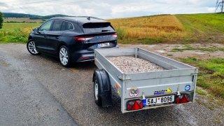 S elektromobilem pro štěrk. Kolik ujede Škoda Enyaq s plným vozíkem? O dost míň než bez něj