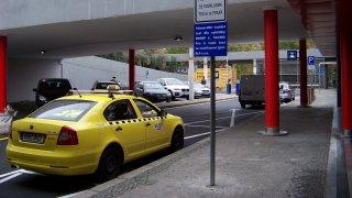 Shazování i gramatické chyby. Přečtěte si výměnu mezi Krnáčovou a taxikáři