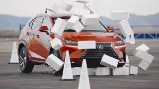 Lexus na necelých pět sekund oslepil řidiče. Ukázal, co způsobí psaní zpráv na mobilu za volantem