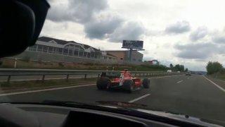 Video: Po dálnici D4 jela formule. Řidič zjevně dodržoval rychlost, přesto po něm policie pátrá