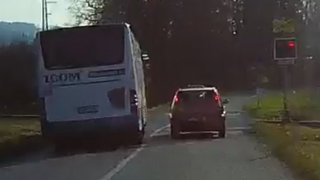 Řidič autobusu, který přejel na červenou železniční přejezd, vezl 21 lidí. Trestný čin nespáchal