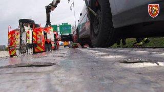 Polský řidič sešrotoval svodidla i převážená auta. Pak si u vytékající nafty zapálil cigaretu