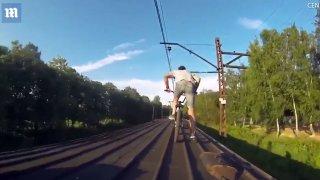 Nebezpečná jízda na střeše vlaku.
