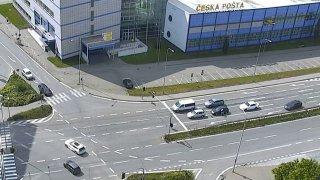 Agresivní spolujezdec si šel v Brně pomalou jízdu vyříkat ručně. Vyklubal se z něj hledaný zločinec