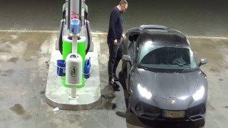 Ukradl Lamborghini za miliony, neměl na benzin, tak ujel od pumpy. Je v hledáčku policie