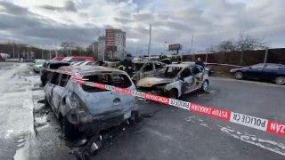 Video: Žhář zapálil v Praze nejen auta, ale také obě své ruce. Vyšetřovatel prosí o pomoc lékaře
