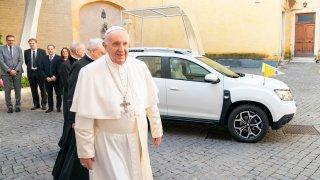 Papež František dostal auto, které ladí s jeho skromností. Novým papamobilem je Dacia Duster 4x4