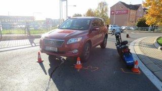 Důchodce na elektrickém vozítku naboural auto v protisměru. Škodu teď musí zaplatit sám