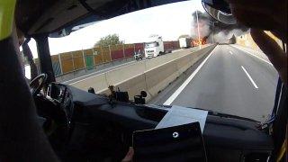 Požár po nehodě na D1 byl tak silný, že k němu hasiči hned nemohli. Lidé v koloně měli hlad a žízeň